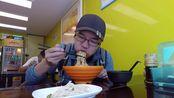 上海特色小吃葱油拌面,8块钱一大碗,广东小哥吃得真香
