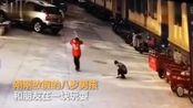 恐怖一幕!8岁男孩朝窨井扔鞭炮被掀飞 井盖炸飞3米高