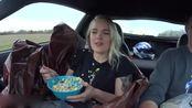 体验科尔维特加速中吃麦片