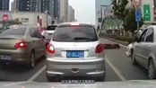 """湖北省襄阳市,电车女子横冲直撞,惨遭轿车猛烈""""截杀"""""""