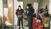 东城所东方社区民警郜益翔检查群租房并告知居住人员注意事项