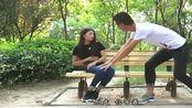 小情侣在公园约会,女生突然肚子疼,没想到男生竟做出这举动!