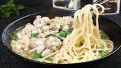 安徽阜阳: 农村妈妈做的手擀面, 教你一招做出的手擀面不粘也不断, 好吃又有味, 很劲道。
