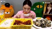 韩国大胃王萌妹子吃炒面配紫菜饭团