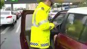 两女司机失误相撞, 下车后齐刷刷找驾驶证?