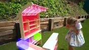 吉赛尔和克劳迪娅在花园里找寻水果亲子达人趣味视频