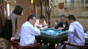 男子打牌1直输钱,姑娘坐身后男子立马转运了(1)