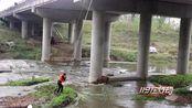 河南南阳:上游放水 钓鱼男子被困河中央