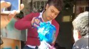 孩子,你这是一头扎进了油漆桶里了吧,网友:真像蓝精灵!