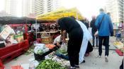 北方冷了,候鸟老人们来海南过冬,三亚早市人多菜价是贵还是便宜