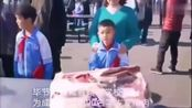 【 网友:真正的靠实力吃肉】1月9日,毕节市纳雍县翰林学校为奖励期末考试成绩优异的同学,给90名学生发猪肉。由于当地没有300至400斤的生...