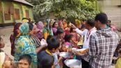 印度好心人制作美味的面包煎鸡蛋,赠送给贫困学校的师生