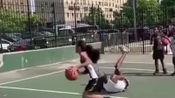 大哥一定觉得输给美女没面子,所以假装扭了脚,在足球里你这就是假摔!