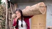 四川漂亮小姐姐真厉害,扛着100多斤的木头做蹲起