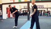 斯科特·阿金斯侧踢腿示范,动作标准、非常帅气!