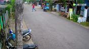 郊区马路边,两名男子把摩托车停下来聊天,下一幕却令人愤怒!
