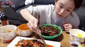 2.韩国美女Hamzy,吃外卖炸酱面和煎饺,配自制泡菜