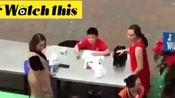 老妇人在学校喧哗还猛扇男学生耳光 结果反被Ko打倒在地上