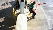 男子坐在加油机前休息,下一秒他起身逃命,事后证明他是对的