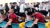 男孩体检抽血还没开始就被吓哭了 旁边的同学都笑疯了