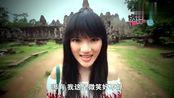 女孩参观柬埔寨的石窟雕刻上面笑脸让女孩深深着迷