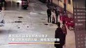 监拍:甘肃8岁男孩往化粪池扔鞭炮 瞬间被井盖掀翻在地 身受重伤 via@沸点视频