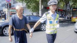 72岁老人开车被交警拦住,驾驶证上5个大字,令交警立即放行