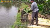 农民福利,农村大爷发明喂鱼神器,这一年能省多少饲料钱?