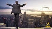 江西赣州: 惊险! 男子坐天台欲轻生 消防员17秒飞身抱下