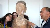 考古专家拼凑古墓内木制残片,发现是一老一年青两具女性木偶