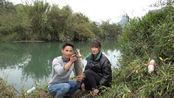小莫发现河里有动静,扒开水草里边竟藏着一条大鱼,赚发了