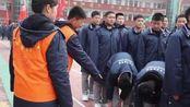 河南一学校禁止学生冬季卷裤腿,家长点赞:我们怎么说都不听