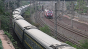 HXD1D(广铁广段)牵引T169 上海南—广州 进鹰潭站 与 刚解挂准备入段的HXD1D(南局南段) 会车!