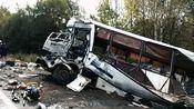 现场:俄罗斯一客车与货车猛烈相撞致7死28伤 客车受损严重