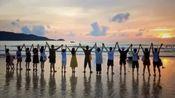 高圆圆与员工外出游玩 海边手拉手关系和谐亲密