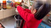小女孩学会做豆浆,七岁姐姐下厨为弟弟做早餐,姐弟情让人感动