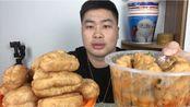 外卖29元在杨国福麻辣烫买了16份油条,配大蒜一口一个真过瘾,吃完小伙直呼没吃饱!