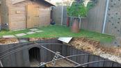 小伙在自家后院挖了一个防空洞,这是要等待世界末日吗?