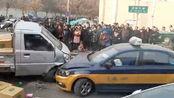 奥迪车与货车相撞冲进集市行人致2死5伤 满地货物现场一片狼藉