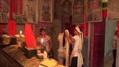 贵州省紫云县丧葬风俗,女儿跪在棺材旁痛哭,亲人们扶起来,节哀顺变
