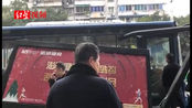 四川乐山一公交车撞垮站台,一女子骑车路过受伤