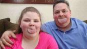国外父女拥有超宽的舌头,夺得吉尼斯世界纪录,比iphone6还宽两厘米