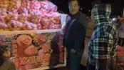 甘肃大叔独自来四川成都卖苹果,希望他早点卖完回家过年!