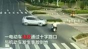 电动车十字路口撞上机动车,电动车三项违章被判全责