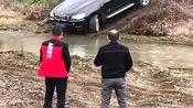 大佬为了证明自己宝马车越野性能好,竟然开到河沟里玩,真霸气!