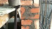 工头从劳务市场花五百一天请来的师傅,看到他砌的墙,房主直接火冒三丈!