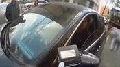 男子抡倒女交警 拒出示驾驶证:肯定不能给你