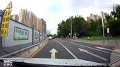 横跨变道压两条实线,这司机怎么考的驾照
