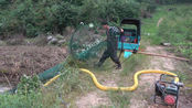 小莫用7米多长大抄网制作捕鱼陷阱,让鱼无处可逃,收获太棒了