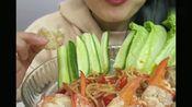 大胃王微笑姐,吃龙虾钳子配黄瓜,美味